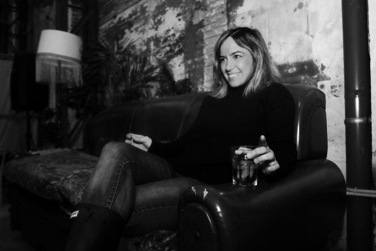 Paula Pons sentada en un sofá