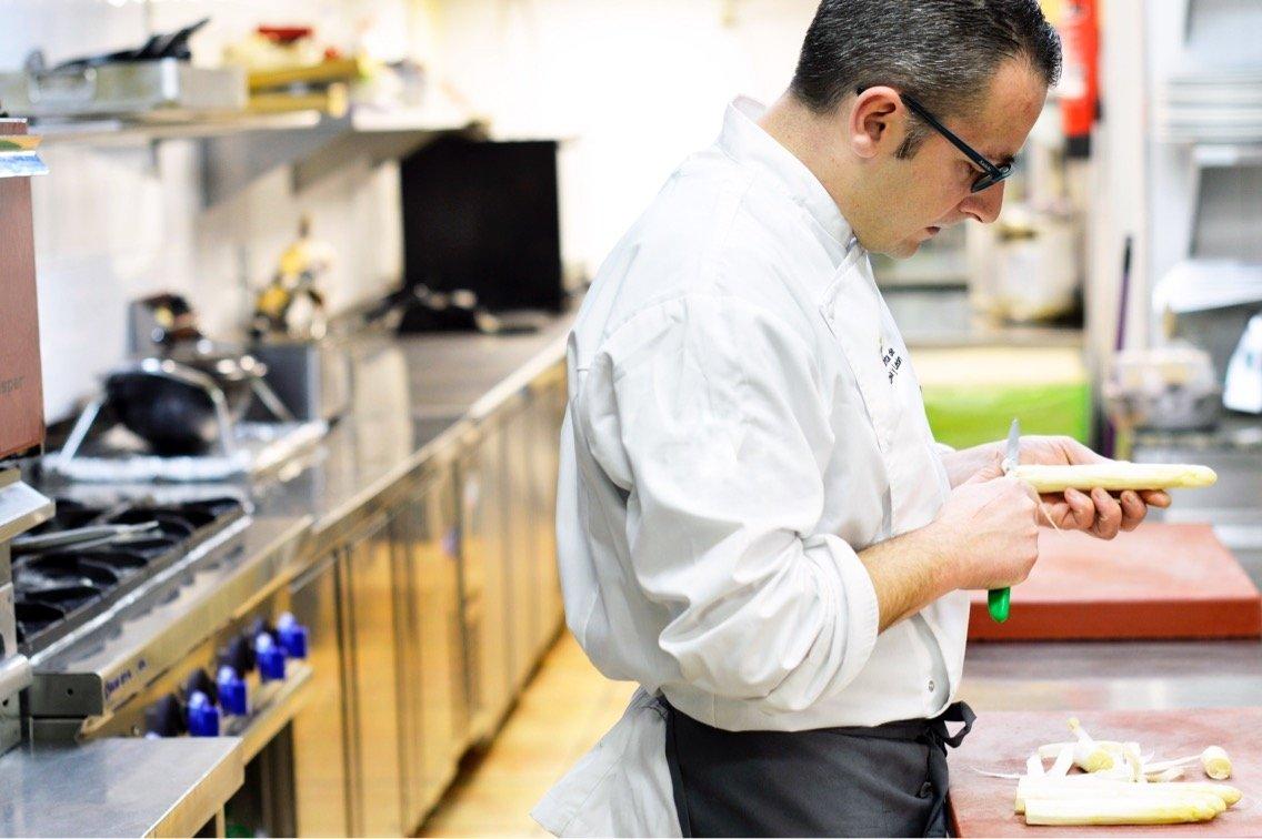 Pedro Sánchez en la cocina del restaurante Casa Antonio