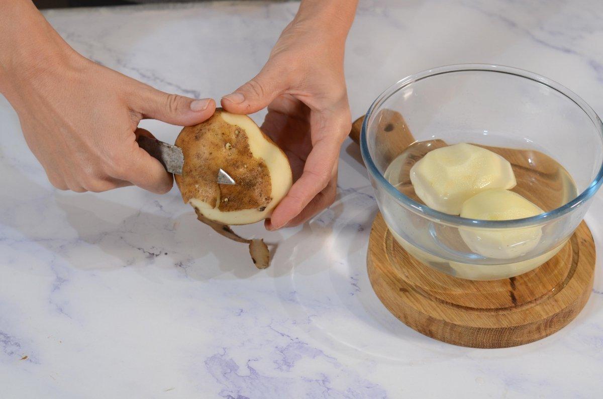 Pelamos patatas para cocer enteras