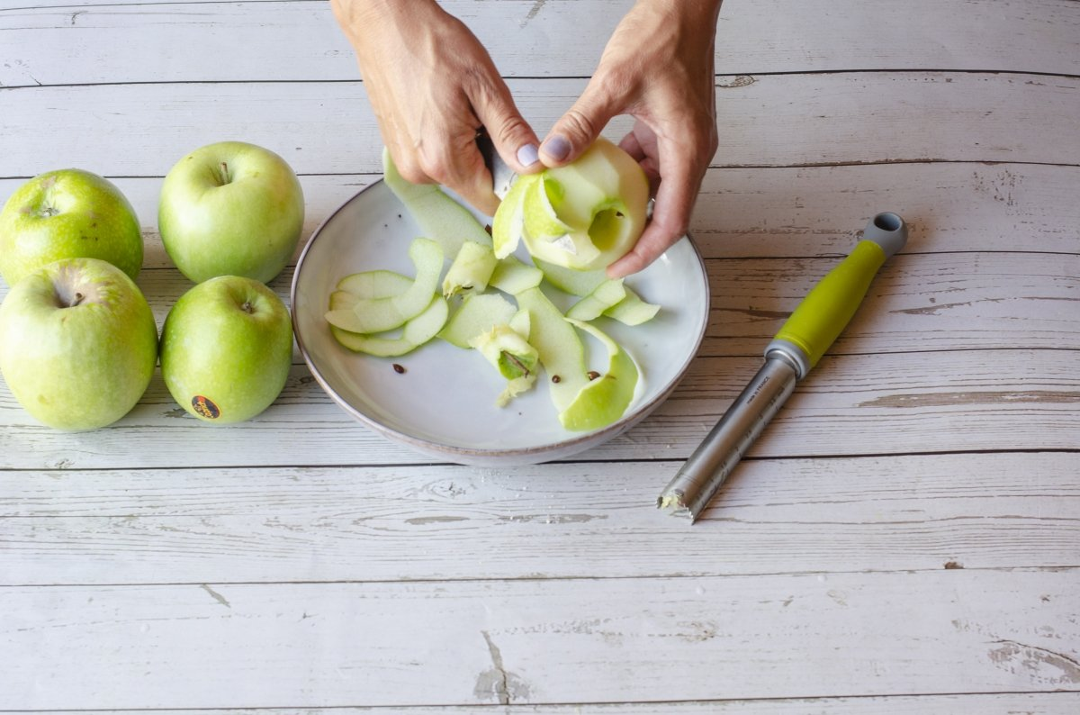 Pelando manzanas para el apple pie