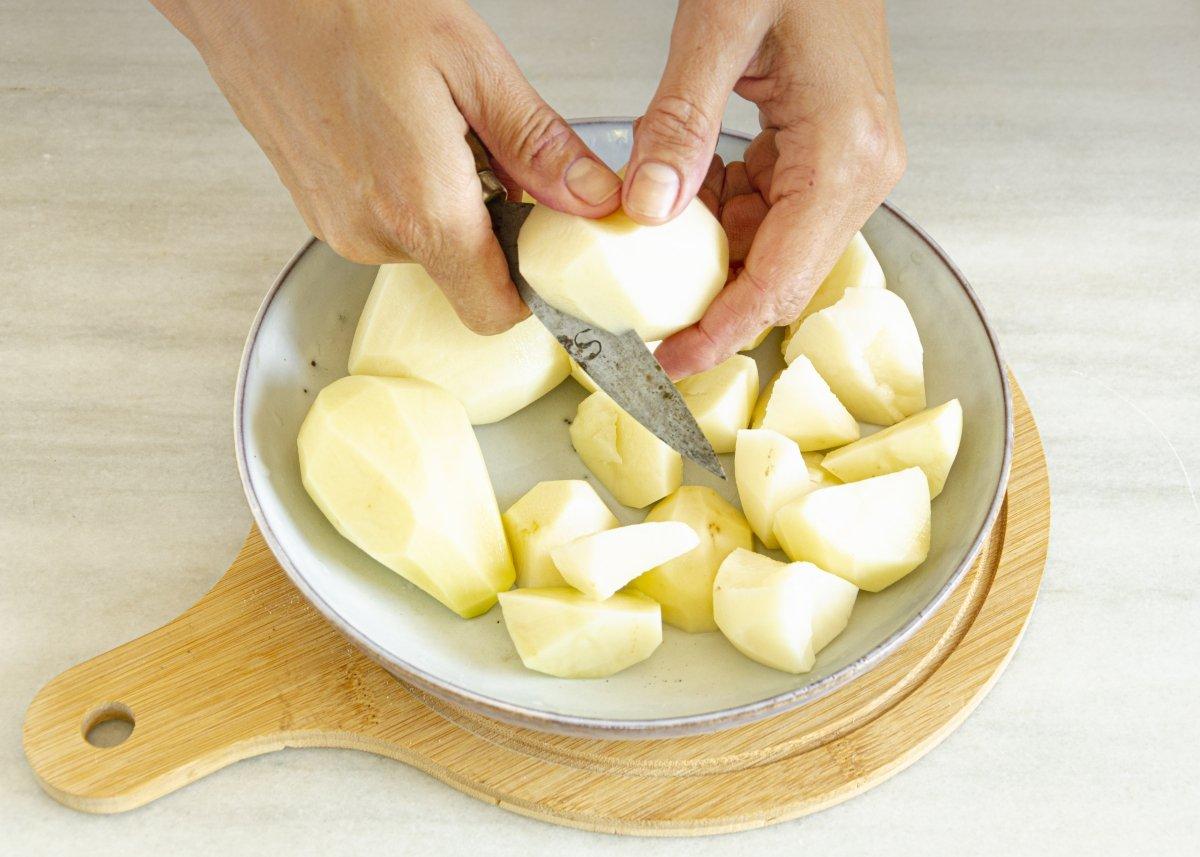 Pelando y cortando patatas