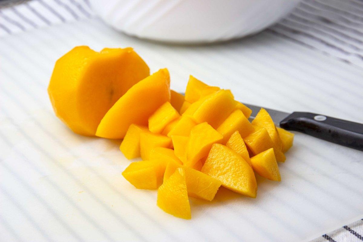 Pelar y cortar melocotón para la macedonia de frutas