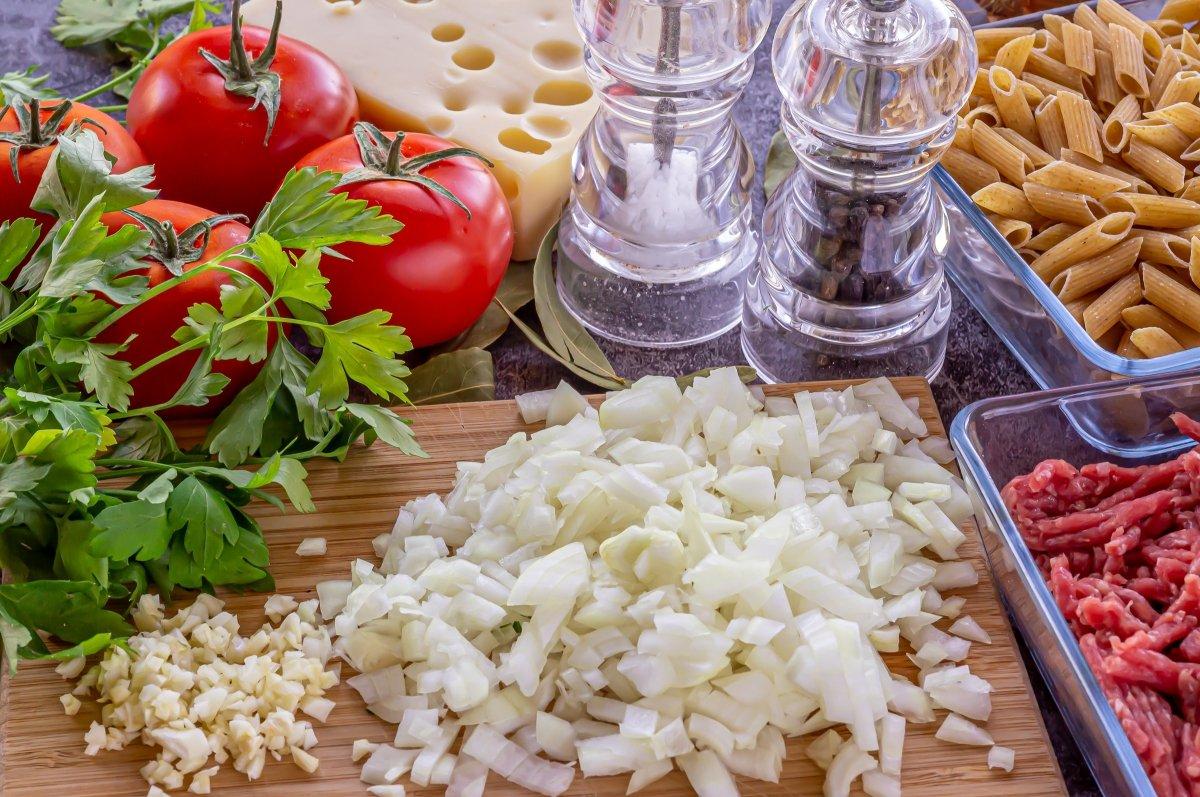 Pelar y picar los ajos y la cebolla