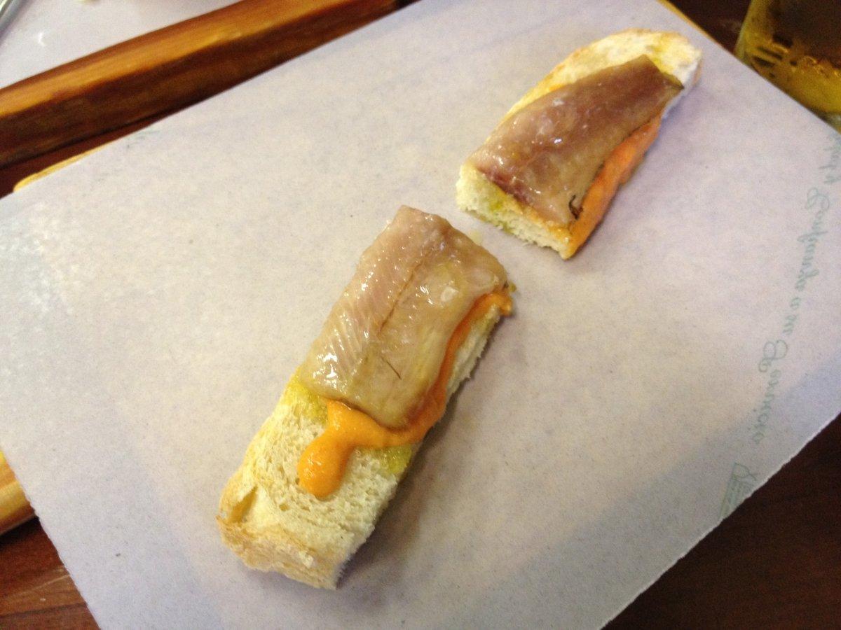 Pequeña tosta de pescado en Bodegas Morales