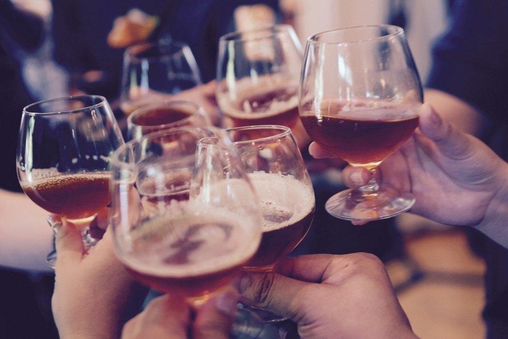 Personas brindando con cerveza