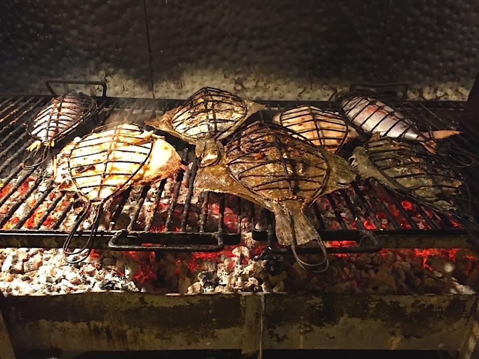 Pescado a la parrilla en el restaurante Kaia-Kaipe
