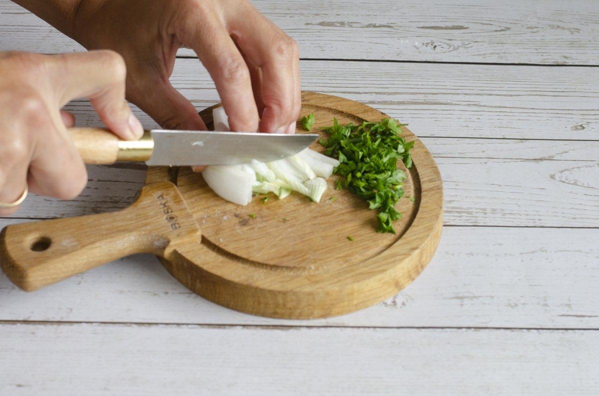 Picando los ingredientes de las croquetas