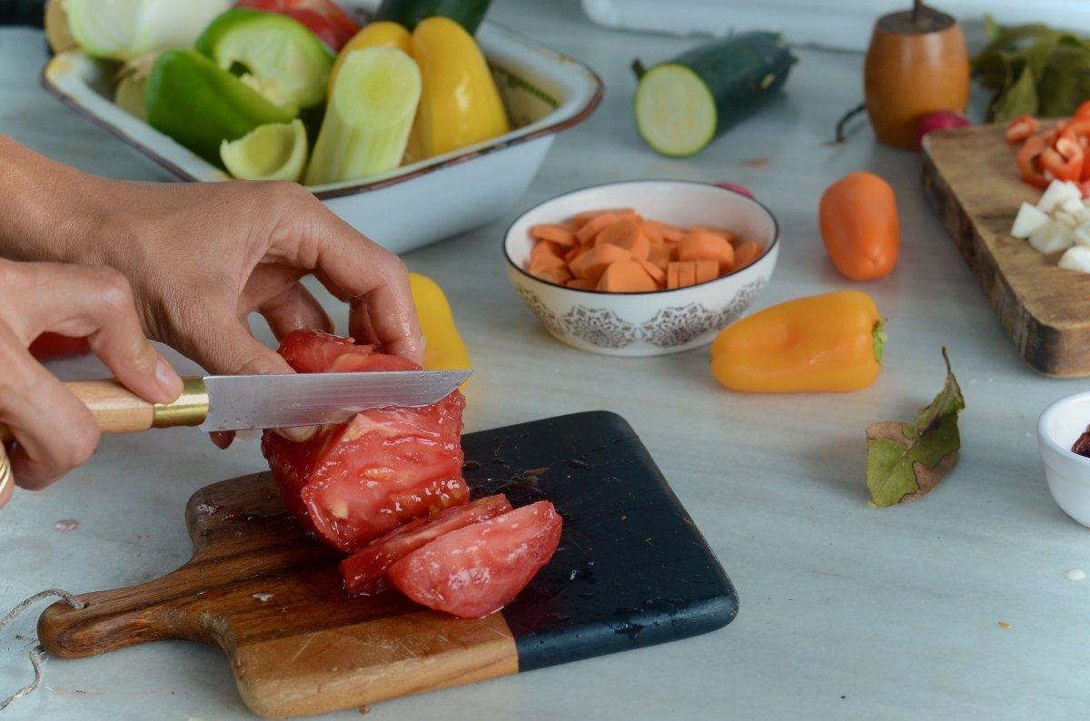 Picando verduras para las lentejas