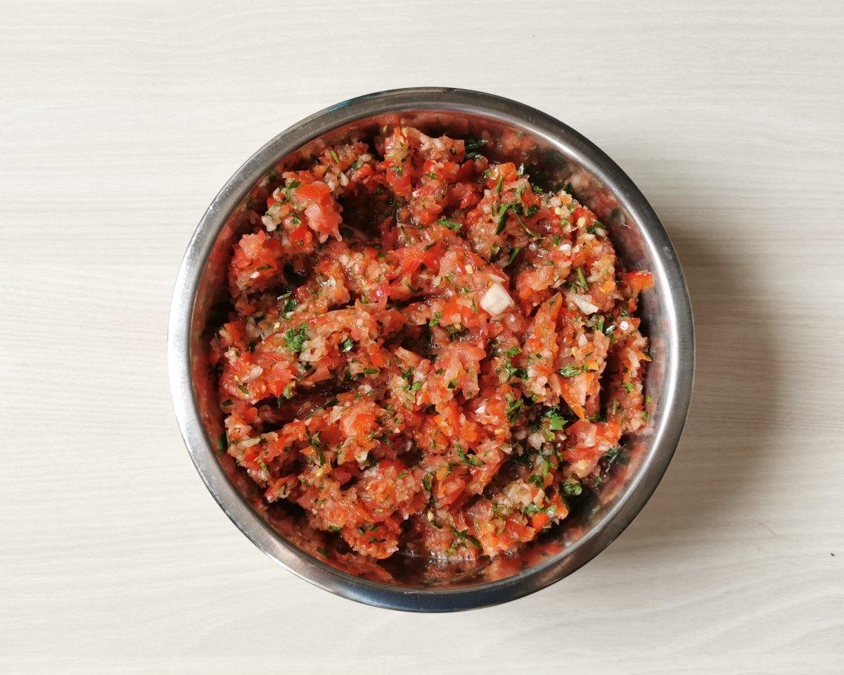 Picar finemente las verduras.