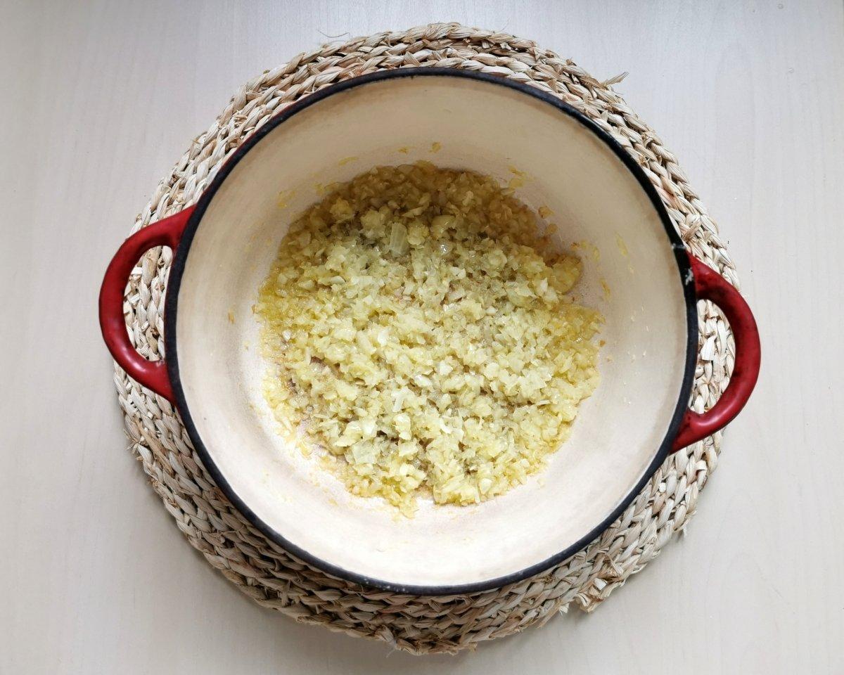 Picar la cebolla y el ajo y sofreír en aceite de oliva