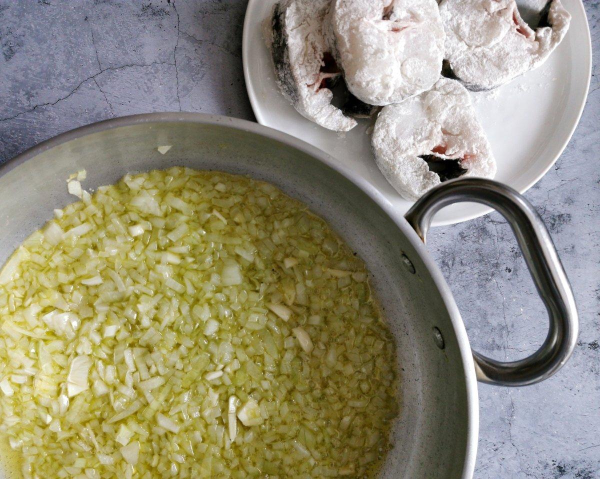 Picar la cebolla y sofreírla en aceite de oliva
