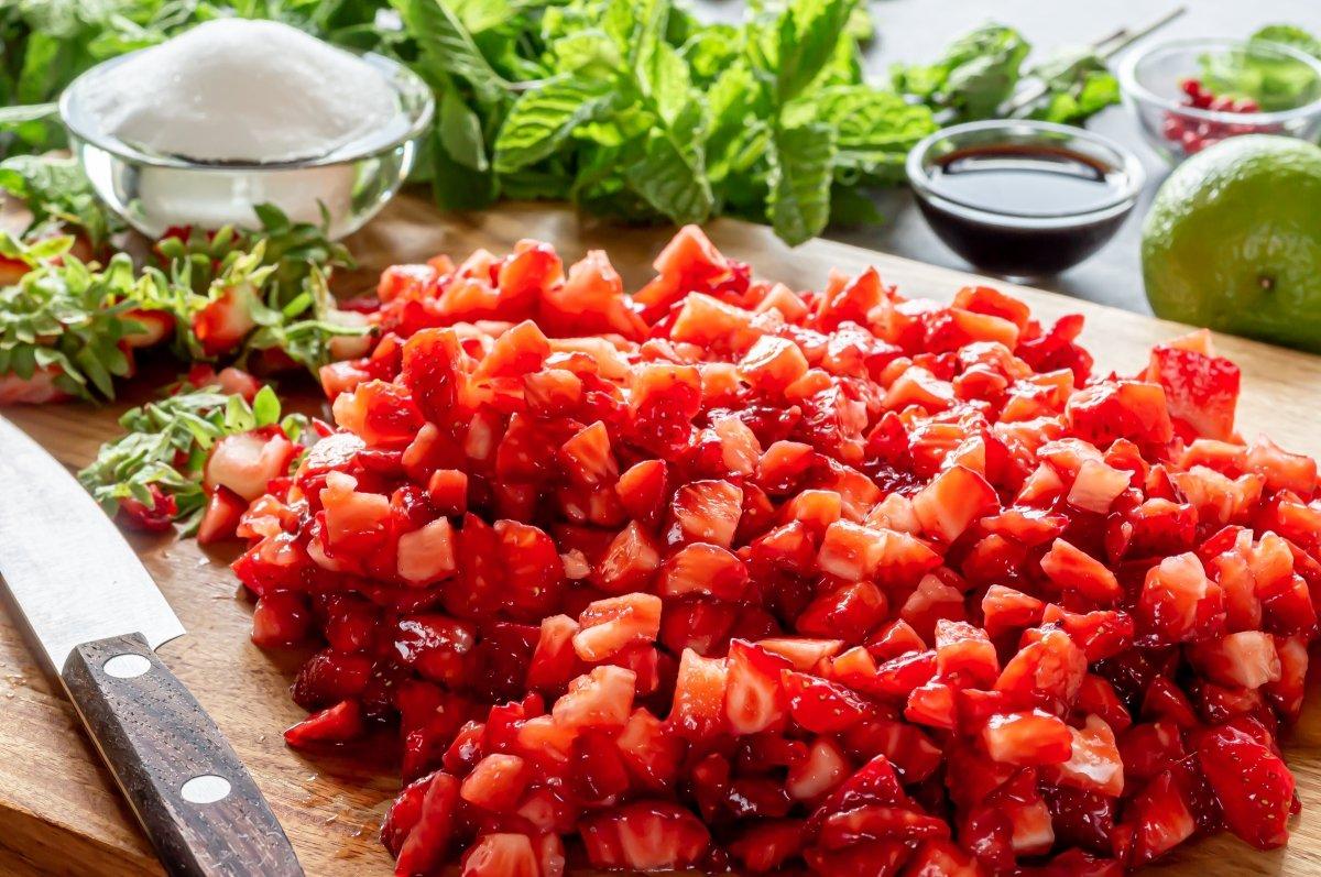 Picar las fresas para el tartar