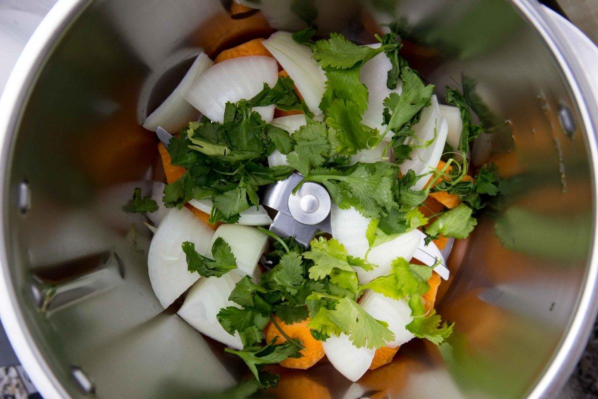 Picar verduras para hamburguesa de quinoa con un robot