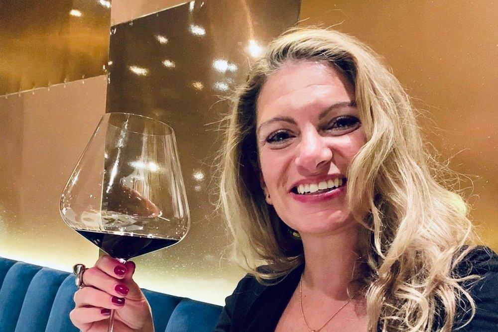 Pilar Candil sostiene una copa de vino