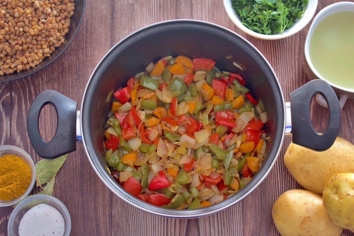 Pimientos y zanahoria de la crema de lentejas al curry añadidos a la olla