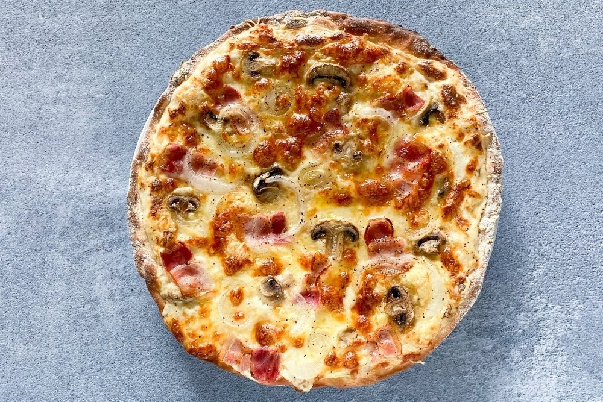 Pizza carbonara recién horneada