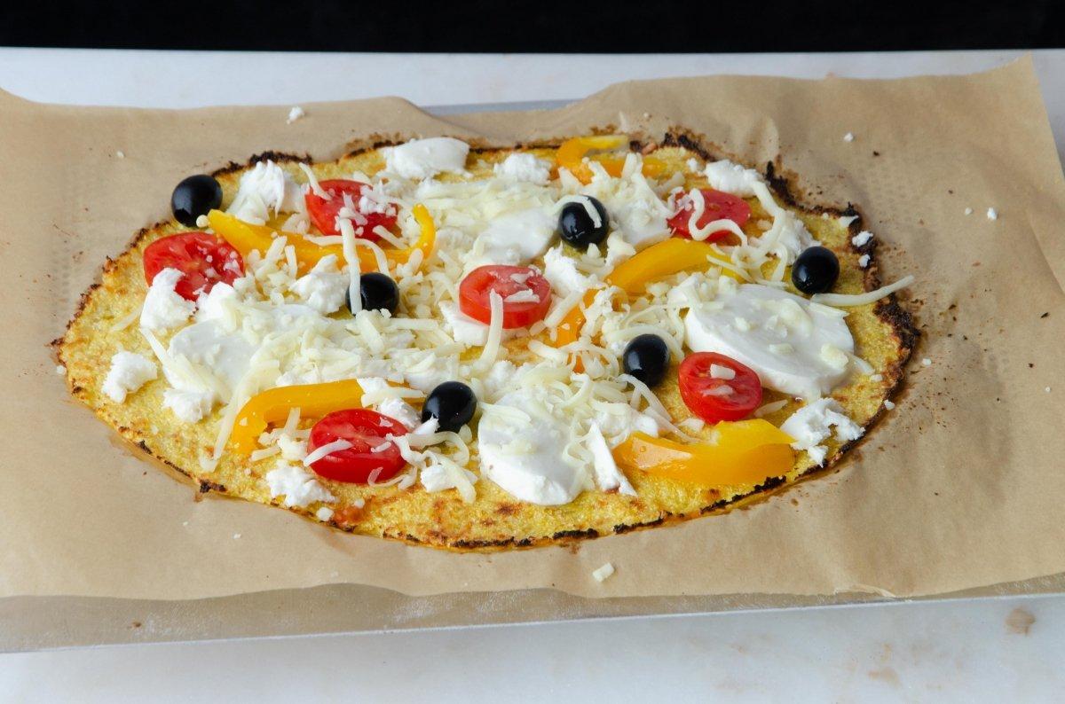 Pizza de coliflor lista para entrar en el horno