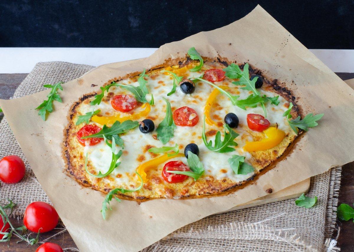 Pizza de coliflor recién salida del horno
