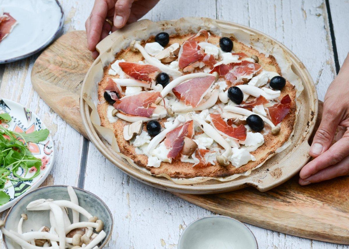 Pizza de quinoa lista para entrar en el horno