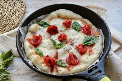 Pizza en sartén con chorizo y queso