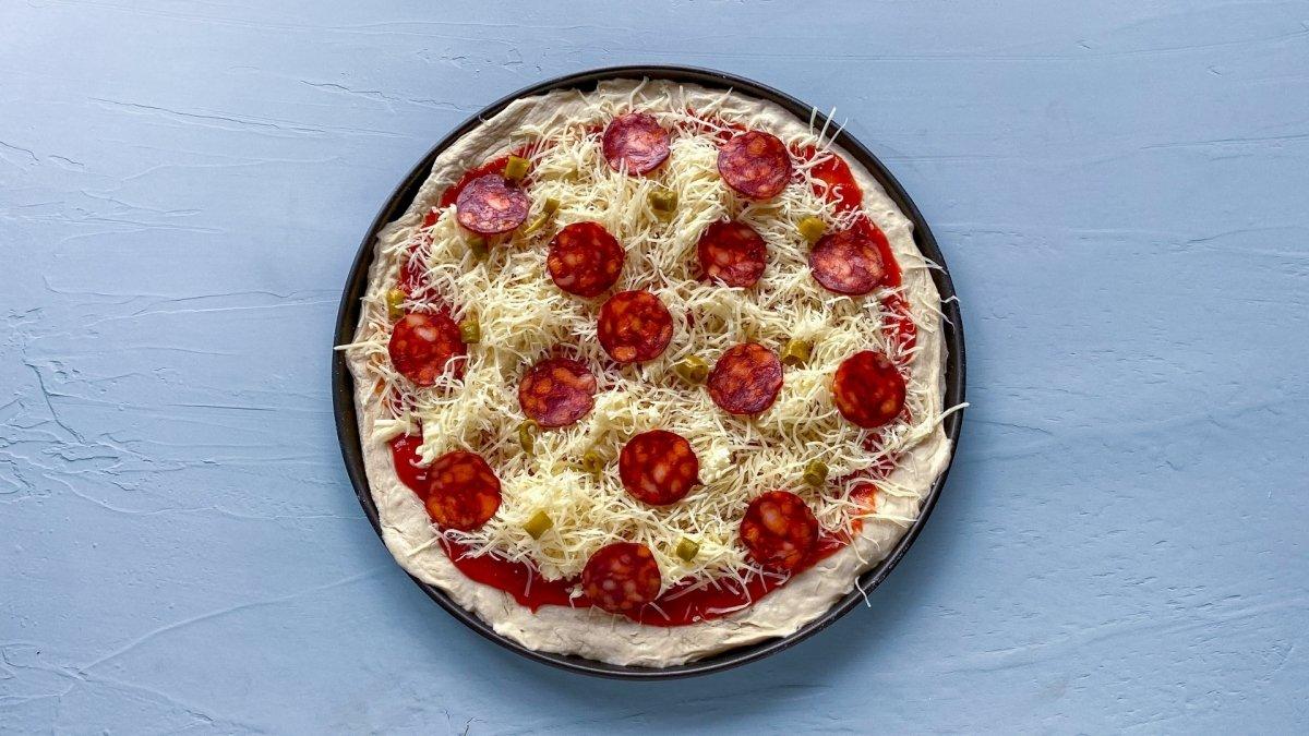 Pizza diávola lista para ser horneada