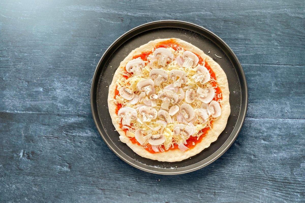 Pizza funghi antes de hornear