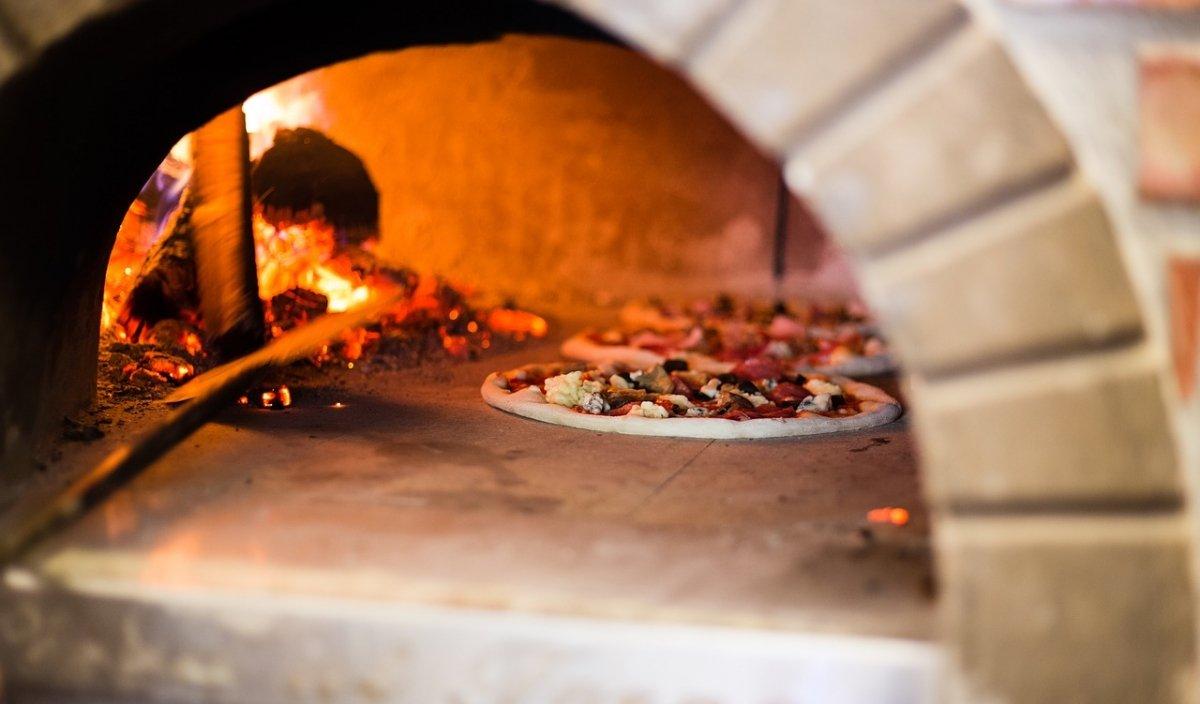 Pizza haciéndose al horno en Italia