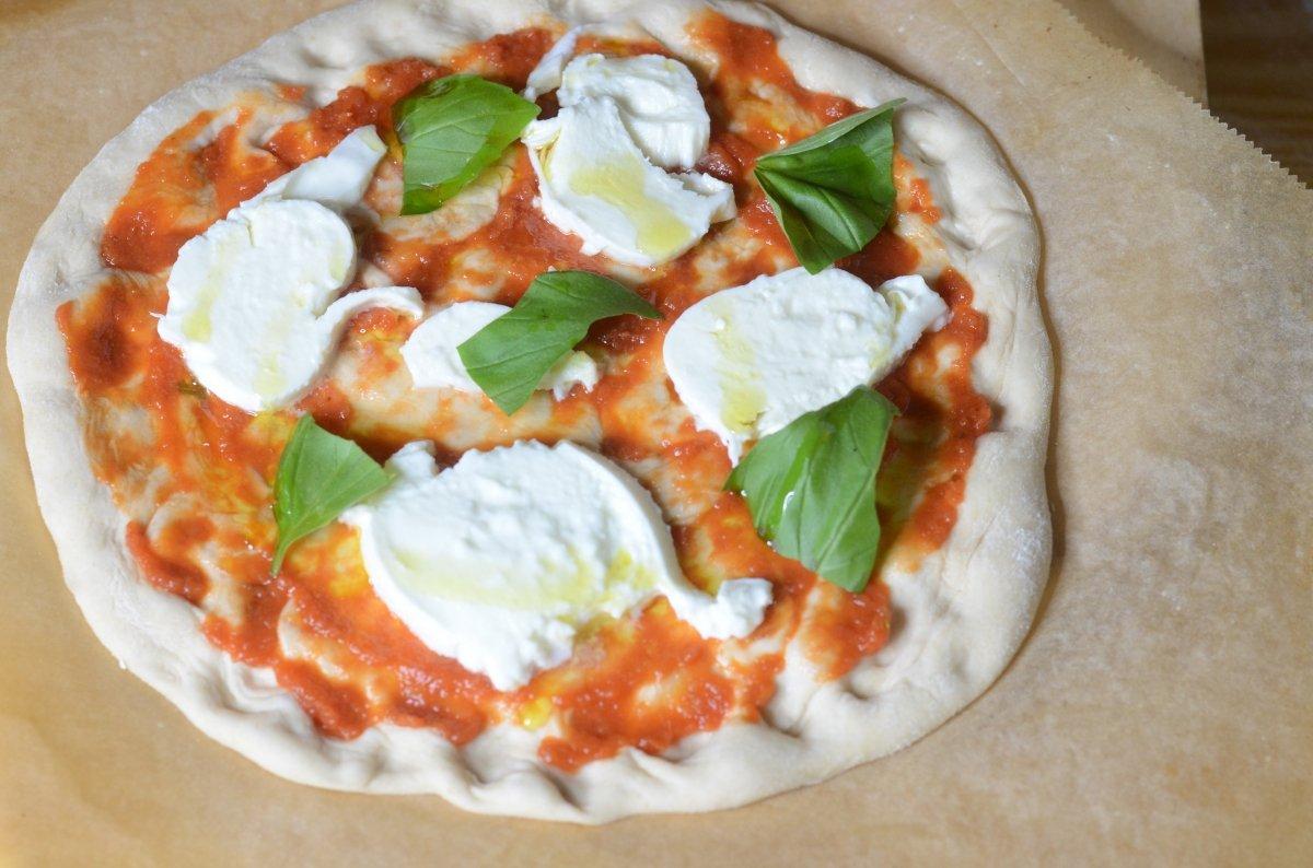 Pizza margarita lista para entrar en el horno