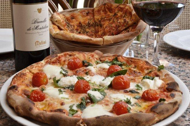 Pizza y vino en Restaurante La Pappardella