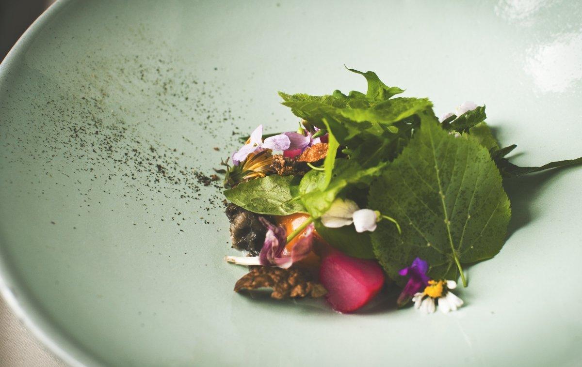 Plato con flores y hojas del restaurante Hisa Franko