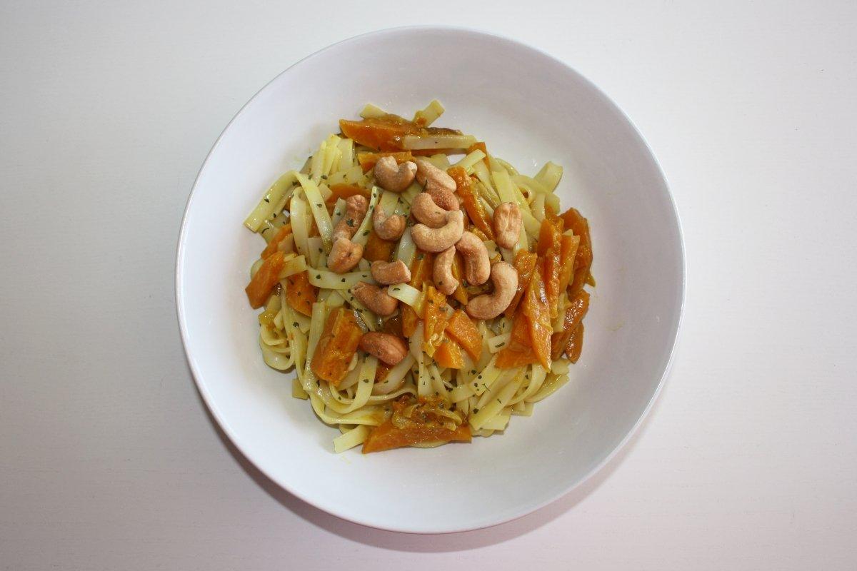 Plato con noodles con calabaza al curry