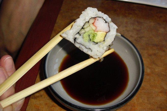 Plato con soja para comer junto a un maki-sushi