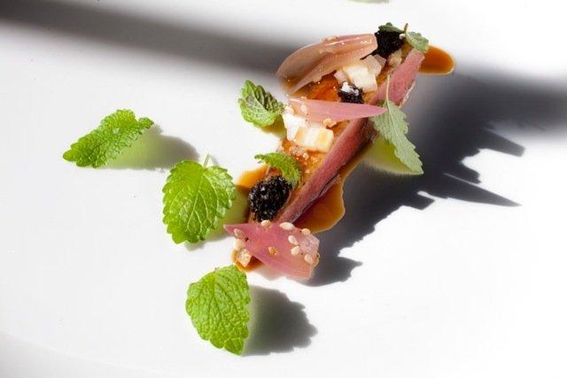 Plato de apio, pato, melisa y encurtidos del restaurante El Molino de Urdániz