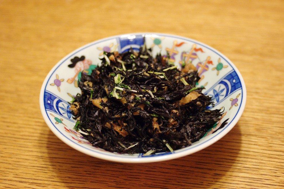 Plato de arroz con alga hijiki