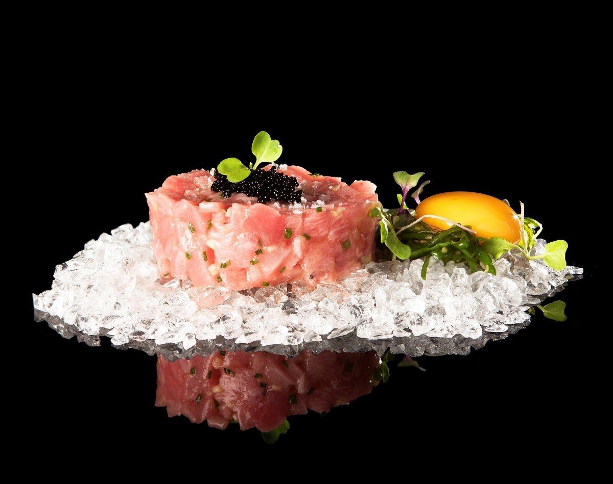 Plato de atún rojo salvaje acompañado por una yema