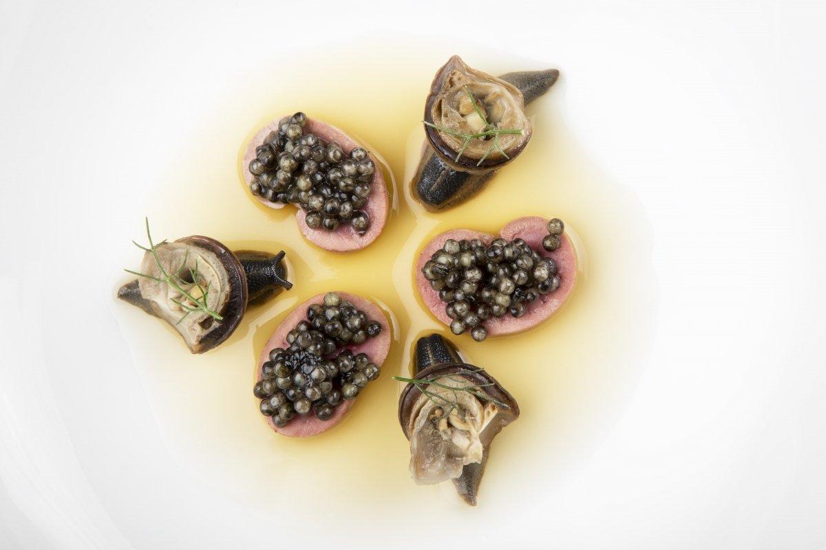 Plato de caracoles, riñones y caviar del restaurante Bardal