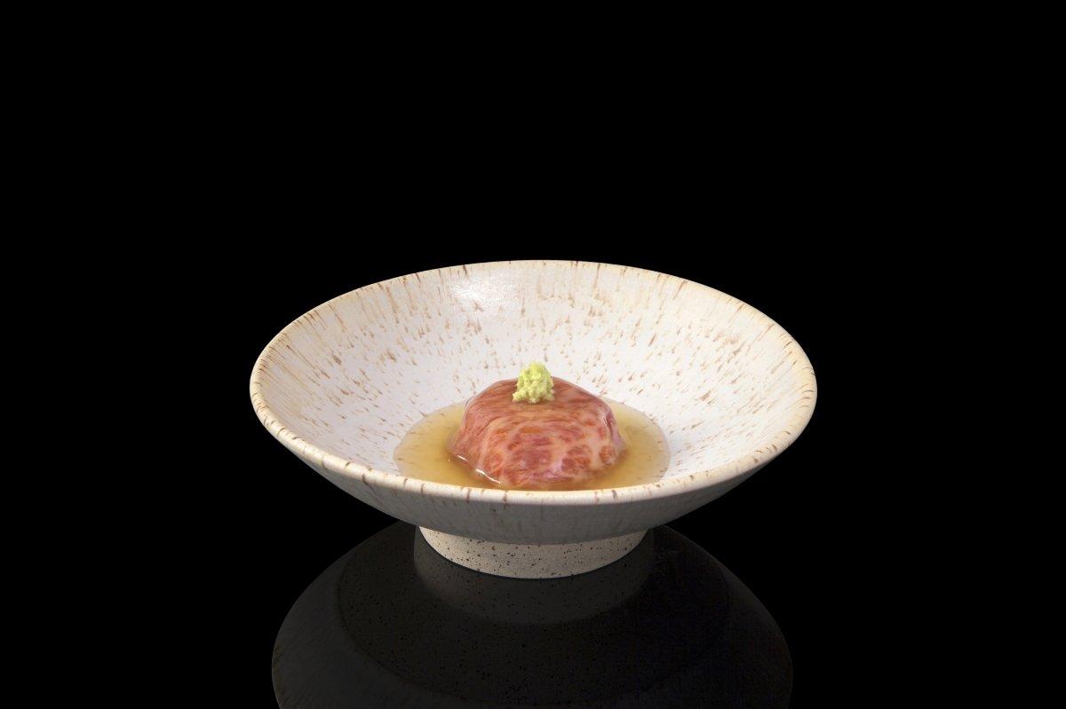 Plato de carne en el restaurante Den