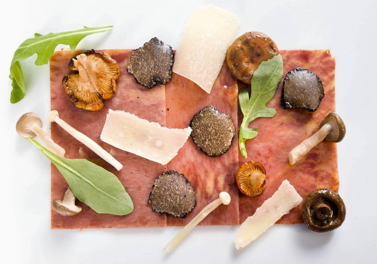 Plato de carpaccio de pasta, piquillo e ibérico con setas al parmesano