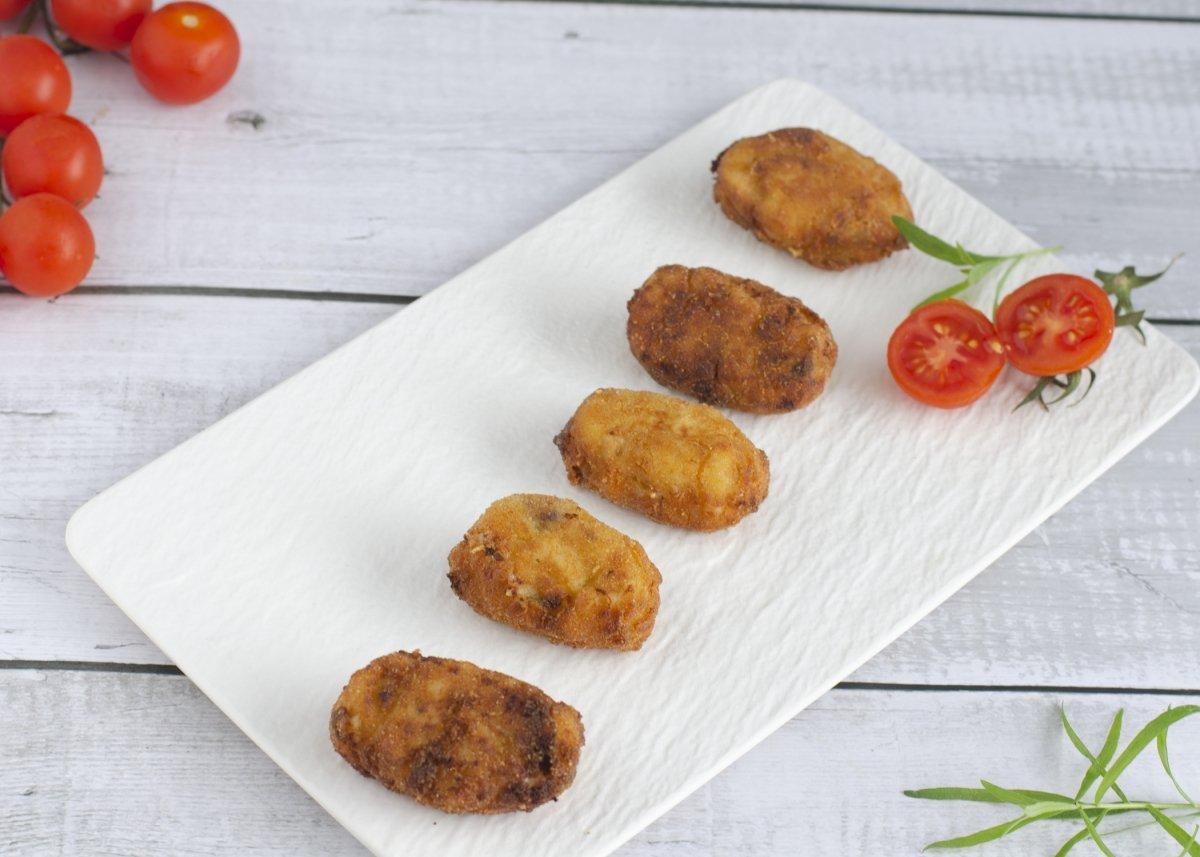 Plato de croquetas de jamón, queso y pollo