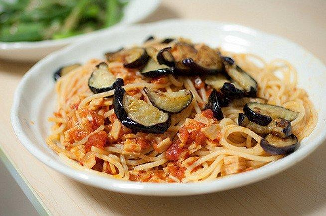 Plato de espagueti con berenjenas