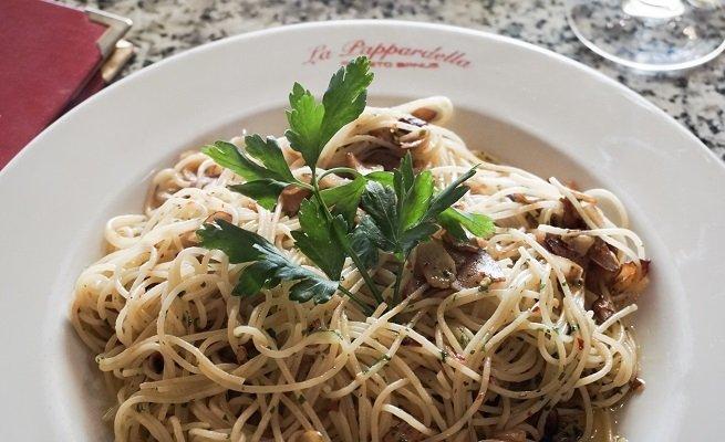 Plato de espaguetis aglio, olio e peperoncino de La Pappardella