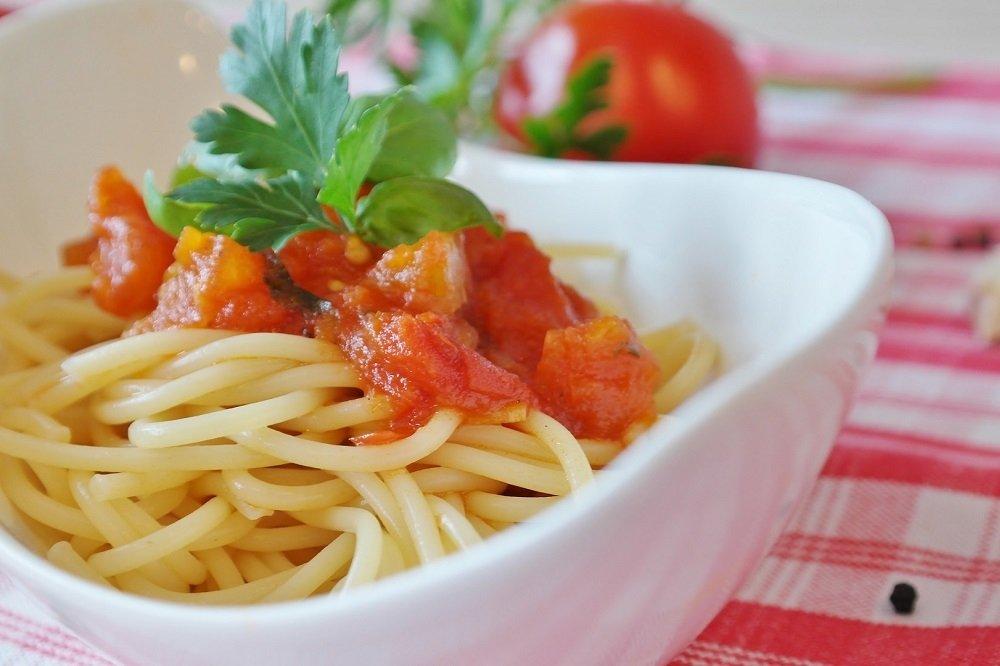 Plato de espaguetis italianos con una salsa de tomate