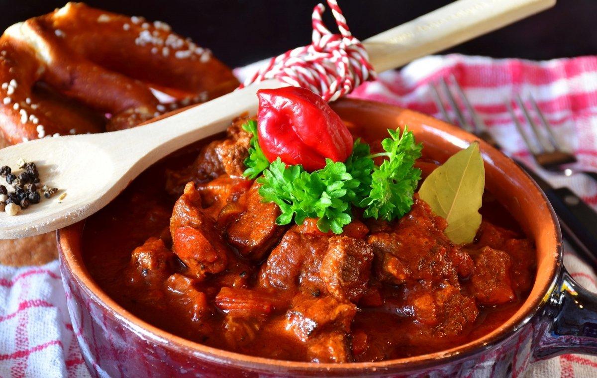 Plato de goulash con paprika