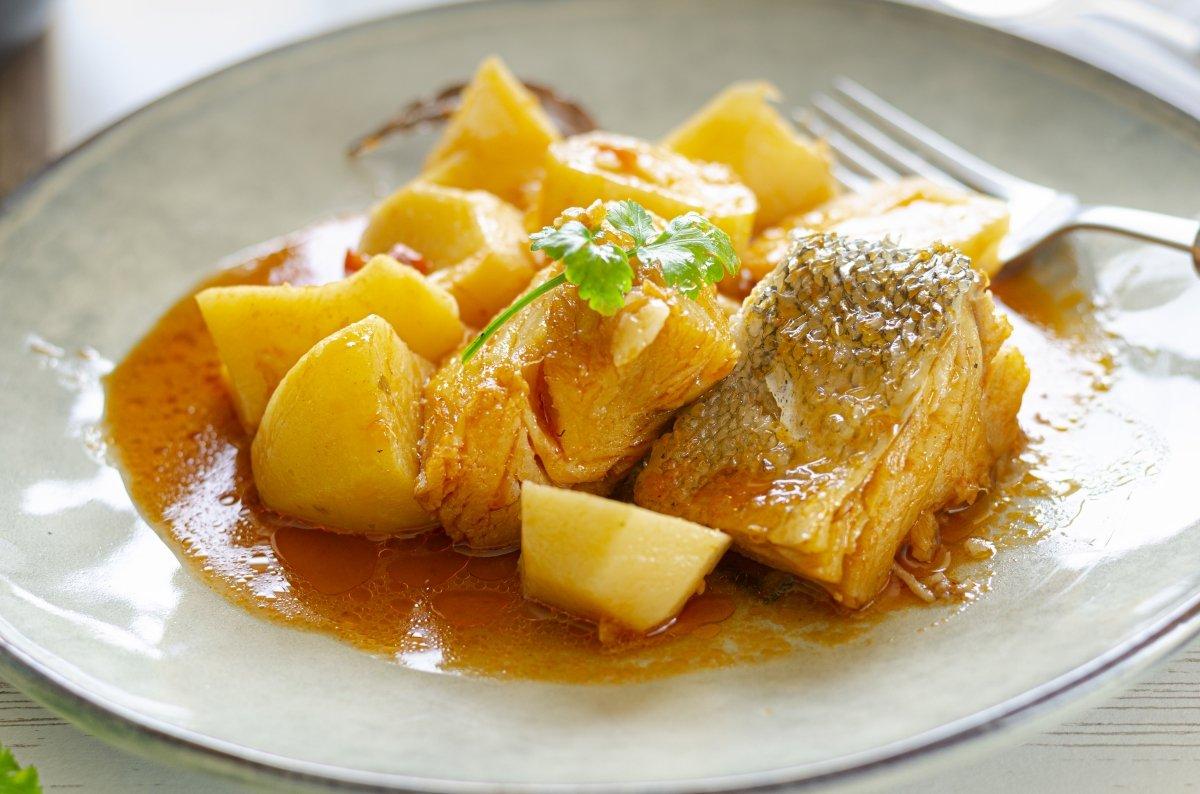 Plato de patatas guisadas con bacalao