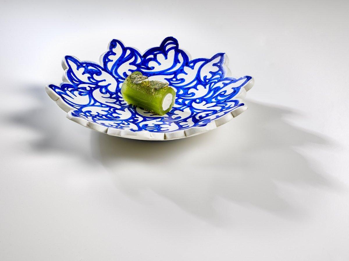 Plato de pepino de la sabana con shanklish y menta del restaurante Noor