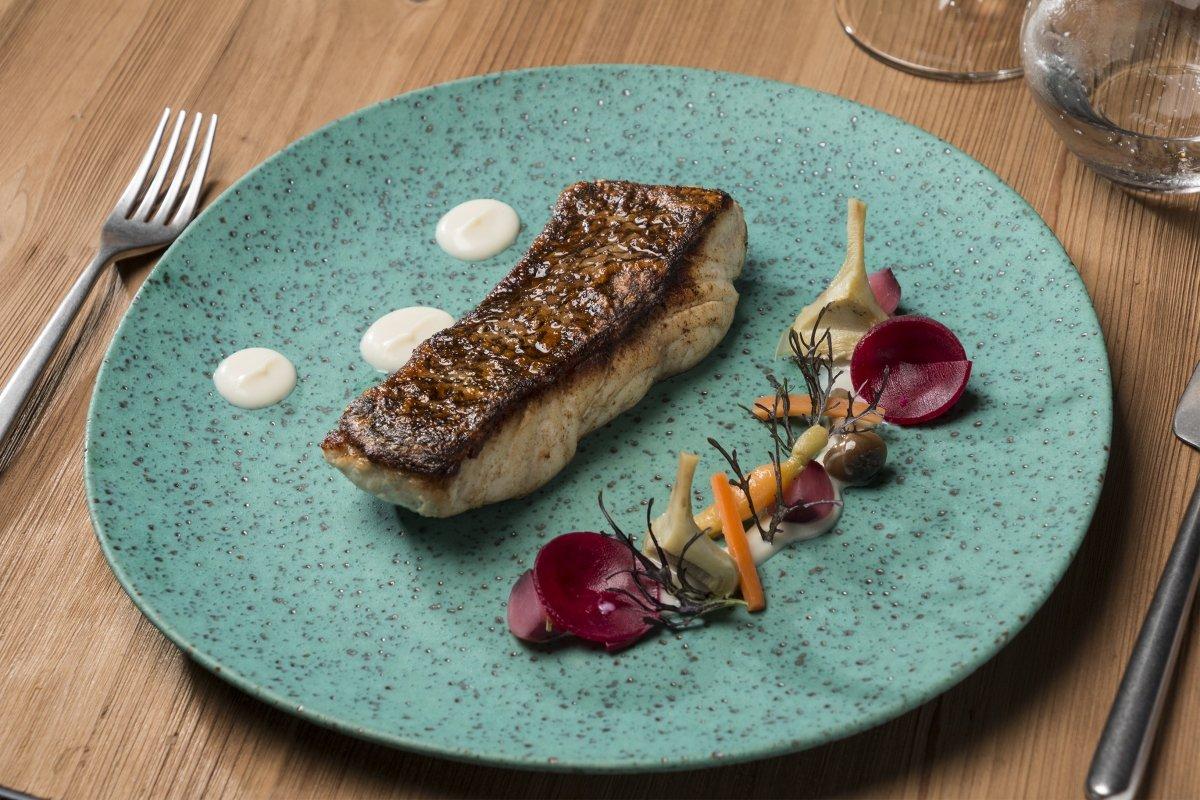 Plato de pescado a la brasa del restaurante Melvin