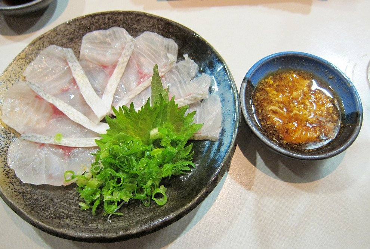 Plato de sashimi cortado en usuzukuri con salsa