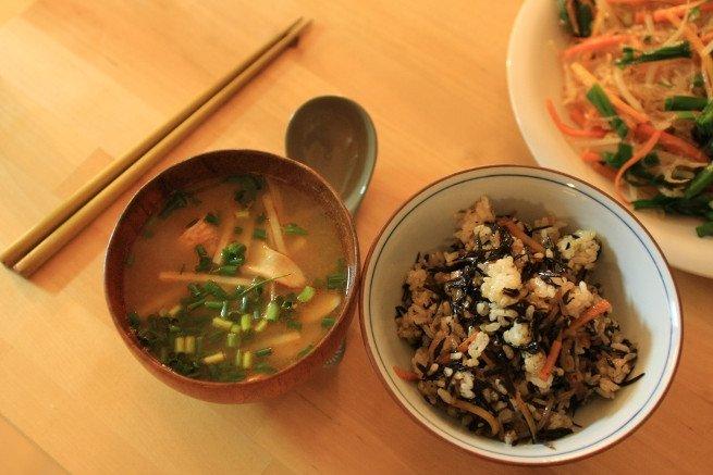 Plato de sopa con alga hijiki