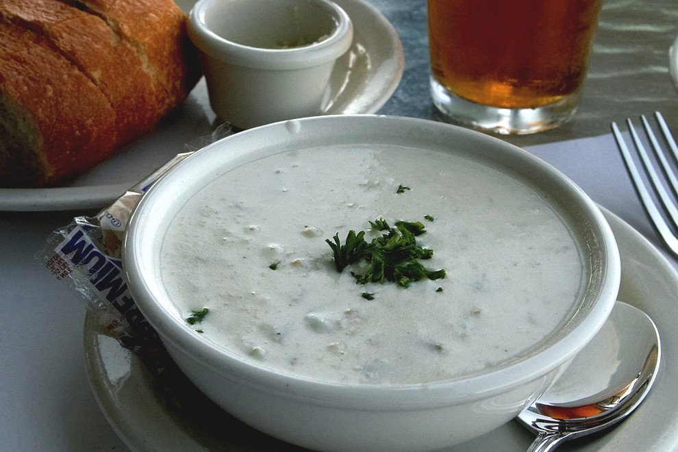 Plato de sopa de almejas de Nueva Inglaterra o clam chowder