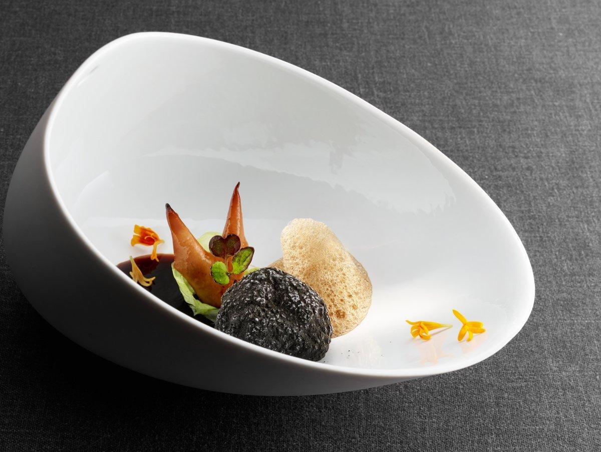 Plato La Trufa, con setas fermentadas y berza al aceite «Alma de Jerez» del restaurante Martín Beras